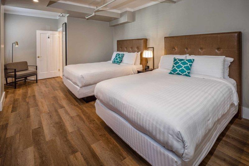 https://www.hotelsbyday.com/_data/default-hotel_image/1/9143/guest-room.jpg