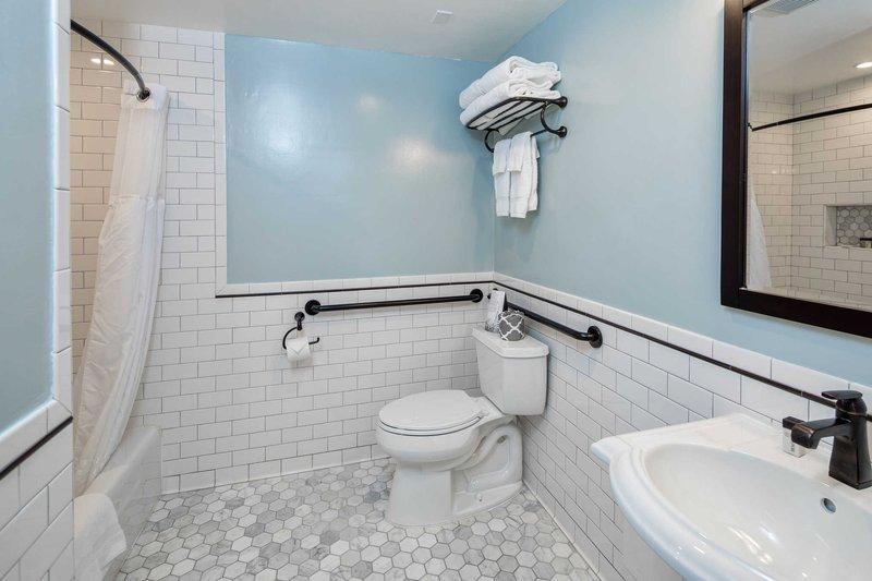 https://www.hotelsbyday.com/_data/default-hotel_image/1/9145/guest-room-2.jpg