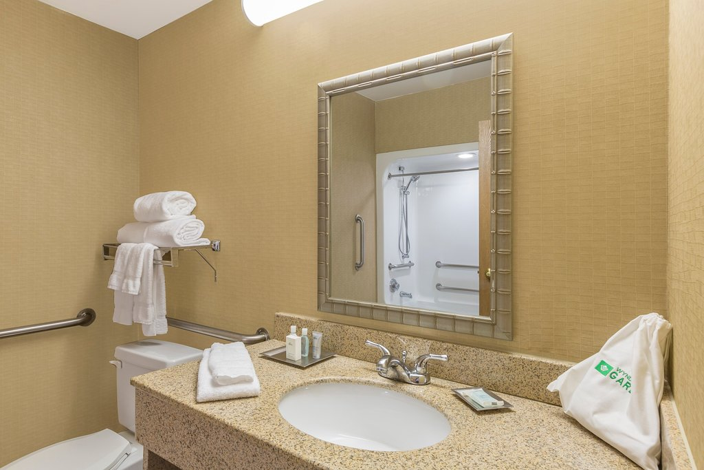 https://www.hotelsbyday.com/_data/default-hotel_image/1/9189/ada-bathroom.jpg