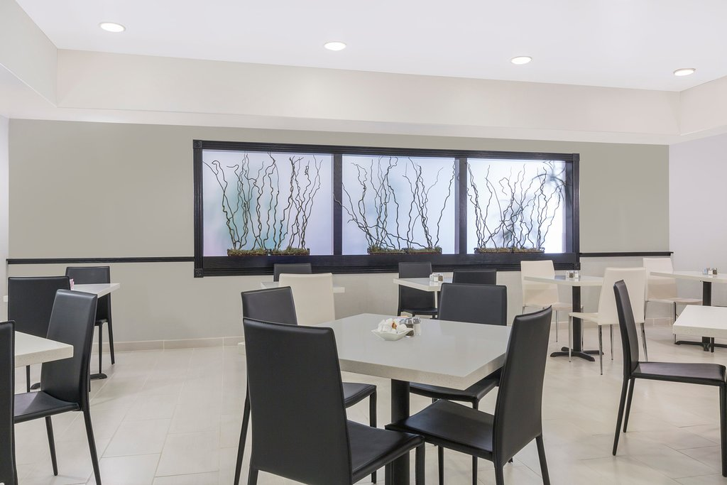 https://www.hotelsbyday.com/_data/default-hotel_image/1/9192/bistro-area.jpg