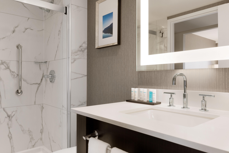 https://www.hotelsbyday.com/_data/default-hotel_image/1/9346/yyzes-guestroom-bathroom-01.jpg