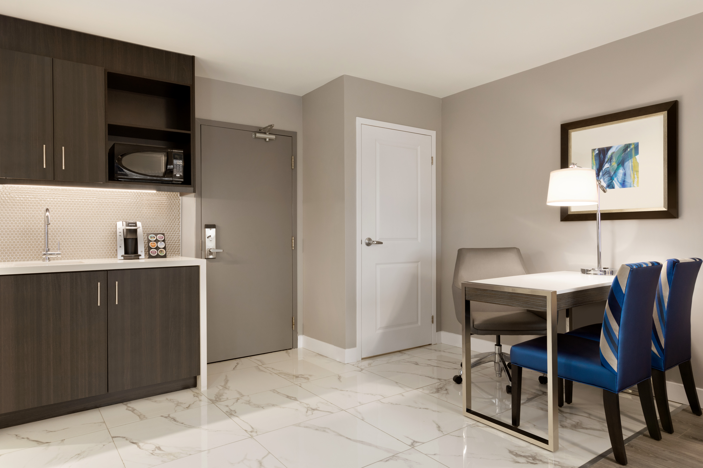 https://www.hotelsbyday.com/_data/default-hotel_image/1/9349/yyzes-king-suite-04.jpg