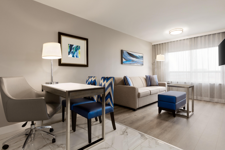 https://www.hotelsbyday.com/_data/default-hotel_image/1/9350/yyzes-king-suite-01.jpg