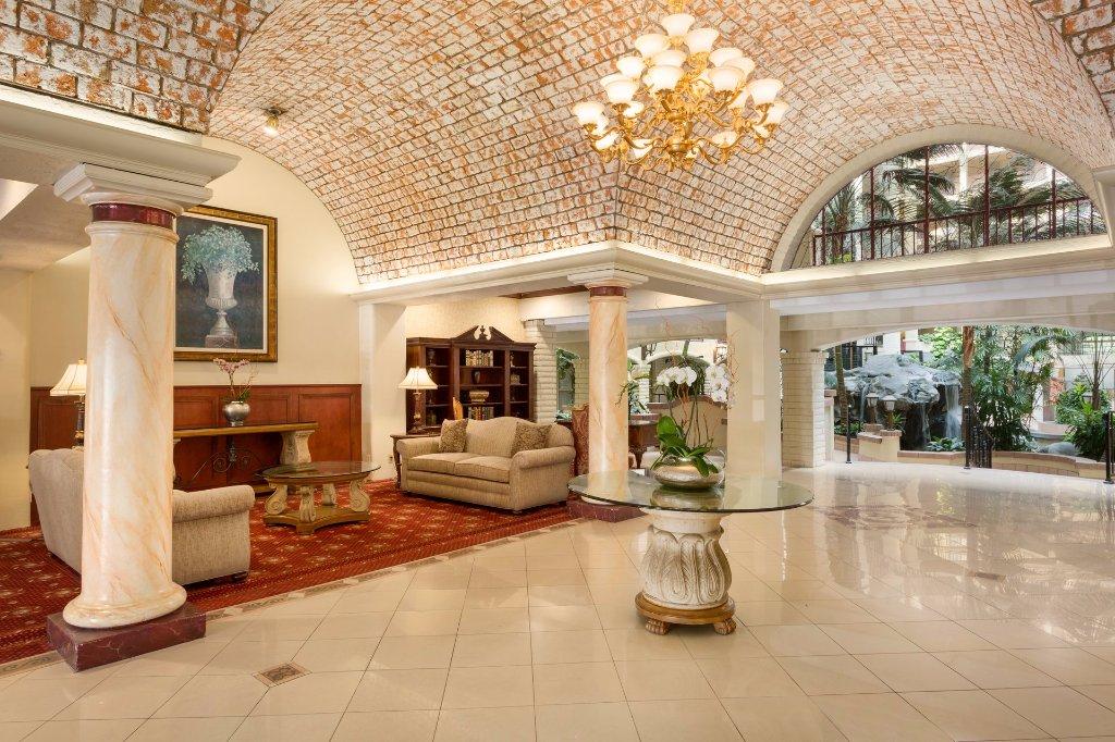 https://www.hotelsbyday.com/_data/default-hotel_image/1/9356/embassy-suites-by-hilton-2.jpg