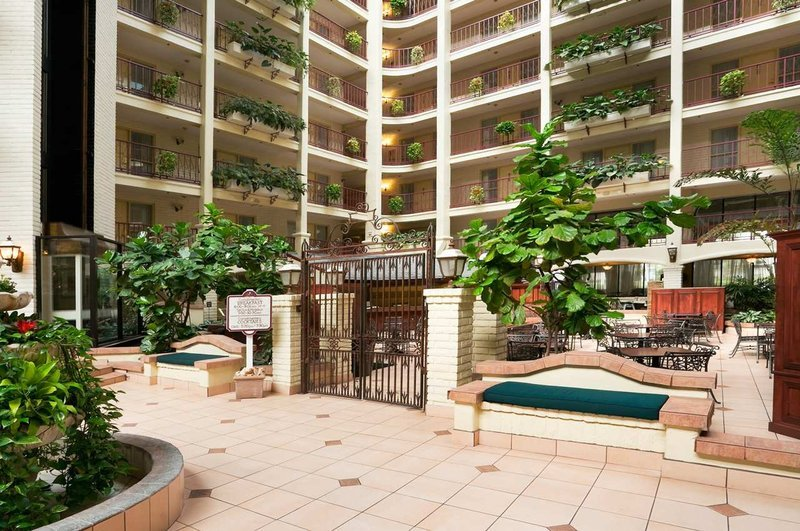 https://www.hotelsbyday.com/_data/default-hotel_image/1/9358/hotel-atrium.jpg