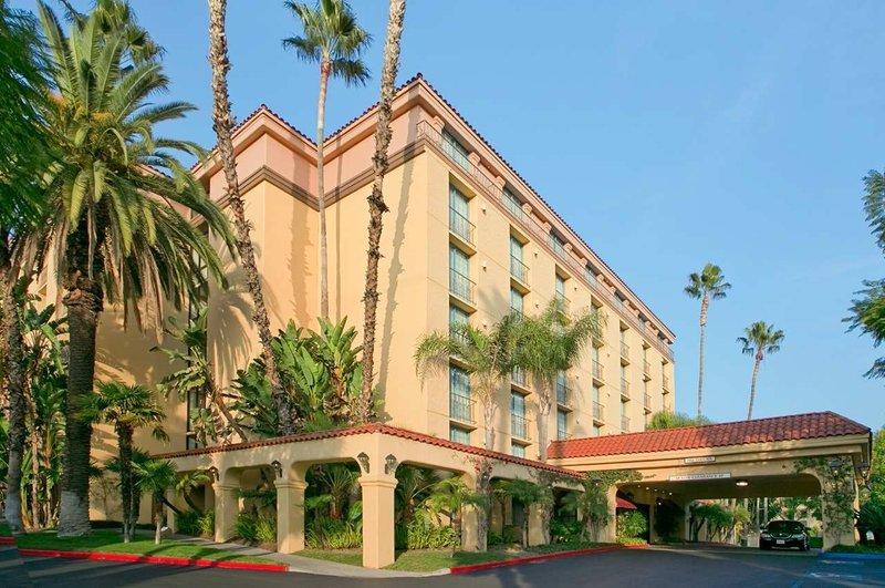 https://www.hotelsbyday.com/_data/default-hotel_image/1/9363/exterior-of-hotel.jpg