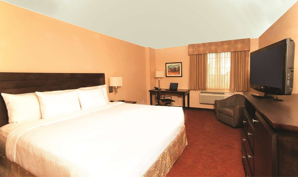 https://www.hotelsbyday.com/_data/default-hotel_image/1/9431/guest-room-1.jpg