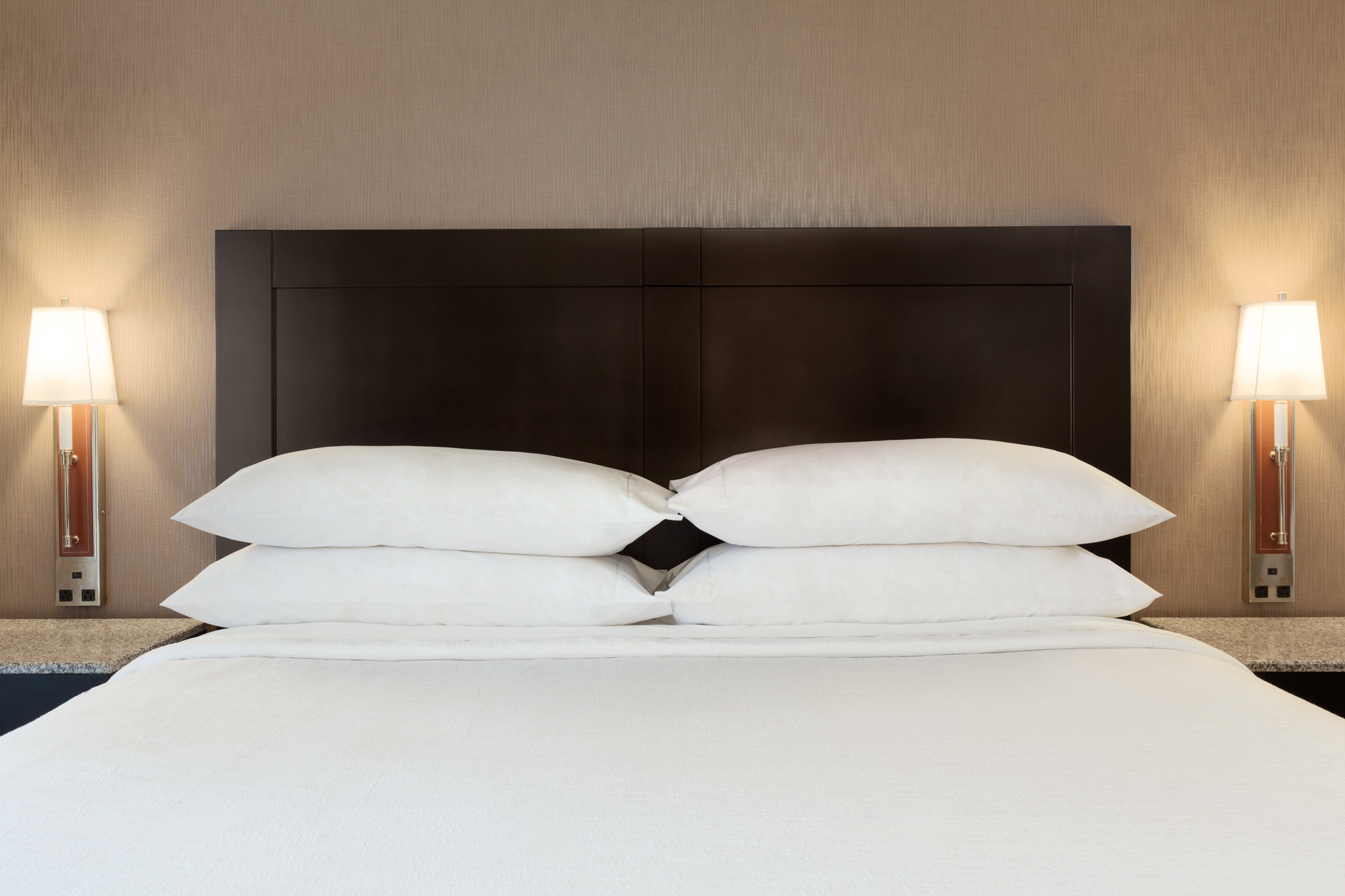 https://www.hotelsbyday.com/_data/default-hotel_image/1/9485/laxhd-1-king-bed-suite-04.jpg