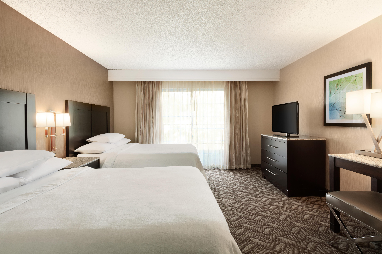 https://www.hotelsbyday.com/_data/default-hotel_image/1/9487/laxhd-2-queen-beds-suite-04.jpg