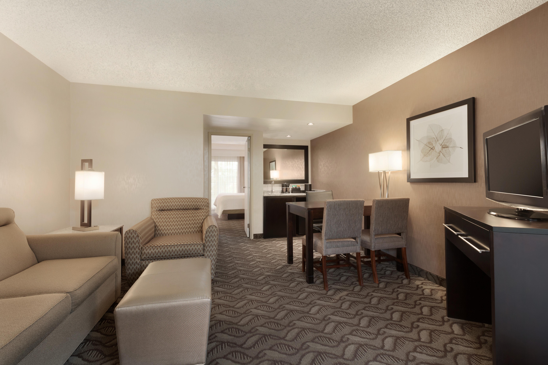 https://www.hotelsbyday.com/_data/default-hotel_image/1/9488/laxhd-1-king-bed-suite-06.jpg