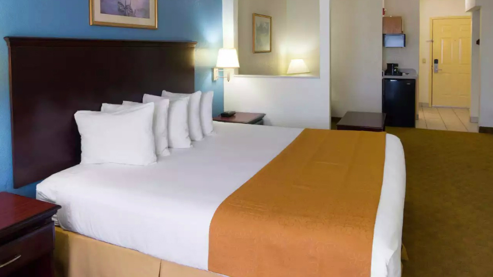 https://www.hotelsbyday.com/_data/default-hotel_image/1/9563/singlebed1.jpg