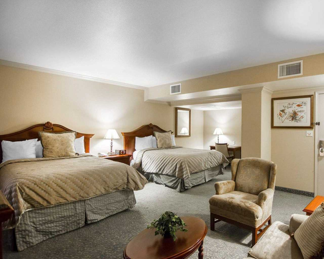 https://www.hotelsbyday.com/_data/default-hotel_image/1/9597/standardroomsbedroom1.jpg