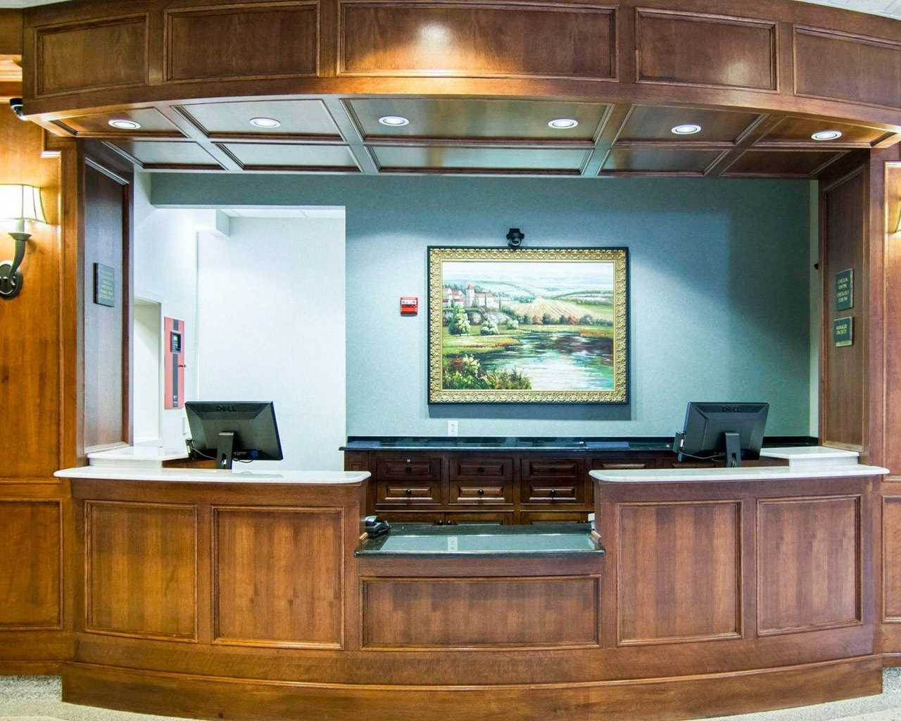 https://www.hotelsbyday.com/_data/default-hotel_image/1/9598/lobbyinterior1.jpg