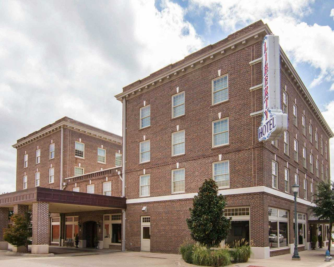 https://www.hotelsbyday.com/_data/default-hotel_image/1/9605/exterior1.jpg