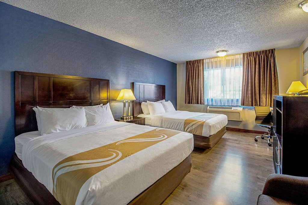 https://www.hotelsbyday.com/_data/default-hotel_image/1/9743/guest-room-with-queen.jpg