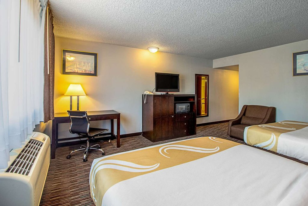 https://www.hotelsbyday.com/_data/default-hotel_image/1/9744/spacious-room-with-queen-1.jpg