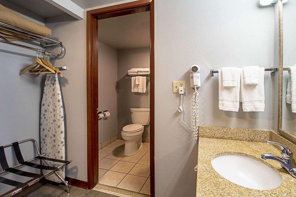 https://www.hotelsbyday.com/_data/default-hotel_image/1/9747/guest-room-with-queen-1.jpg