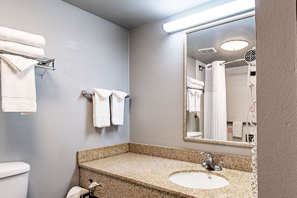 https://www.hotelsbyday.com/_data/default-hotel_image/1/9748/spacious-room-with-queen-2.jpg