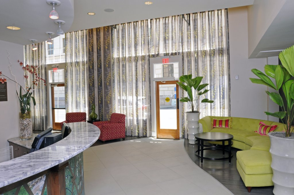 https://www.hotelsbyday.com/_data/default-hotel_image/1/9770/modern-lobby.jpg