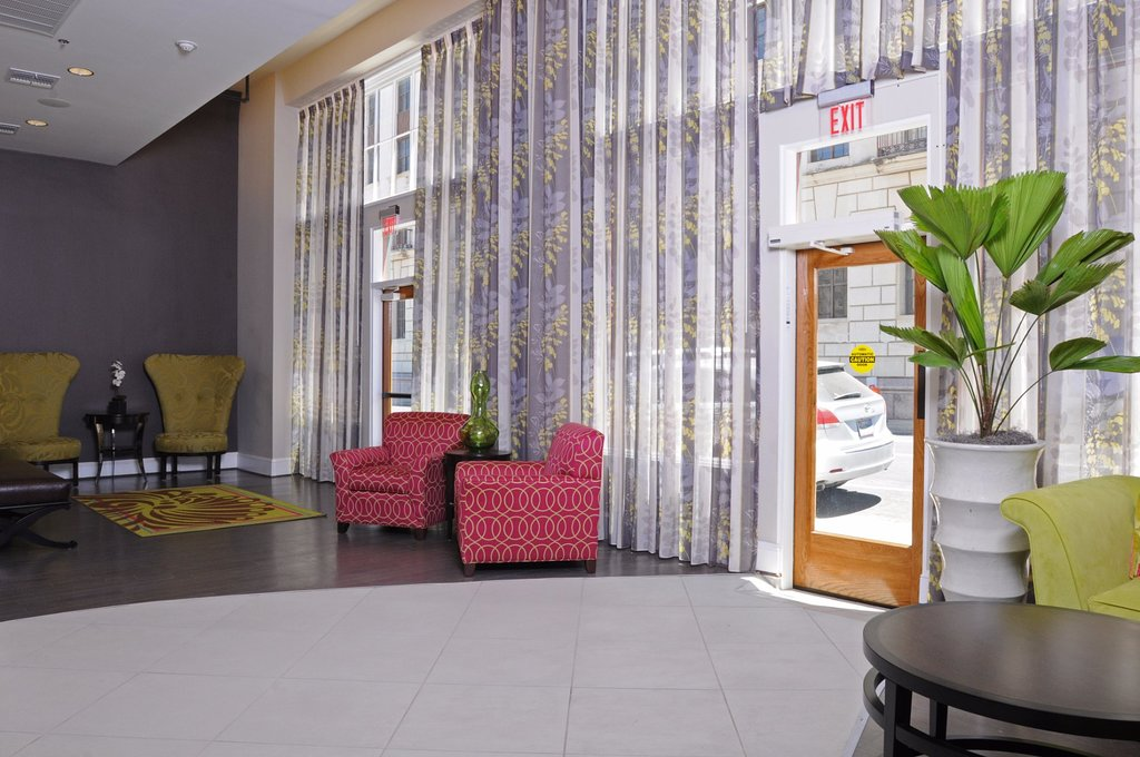 https://www.hotelsbyday.com/_data/default-hotel_image/1/9771/modern-lobby-1.jpg