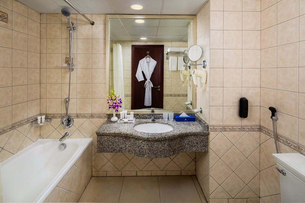 https://www.hotelsbyday.com/_data/default-hotel_image/1/9810/studio-bathroom.jpg