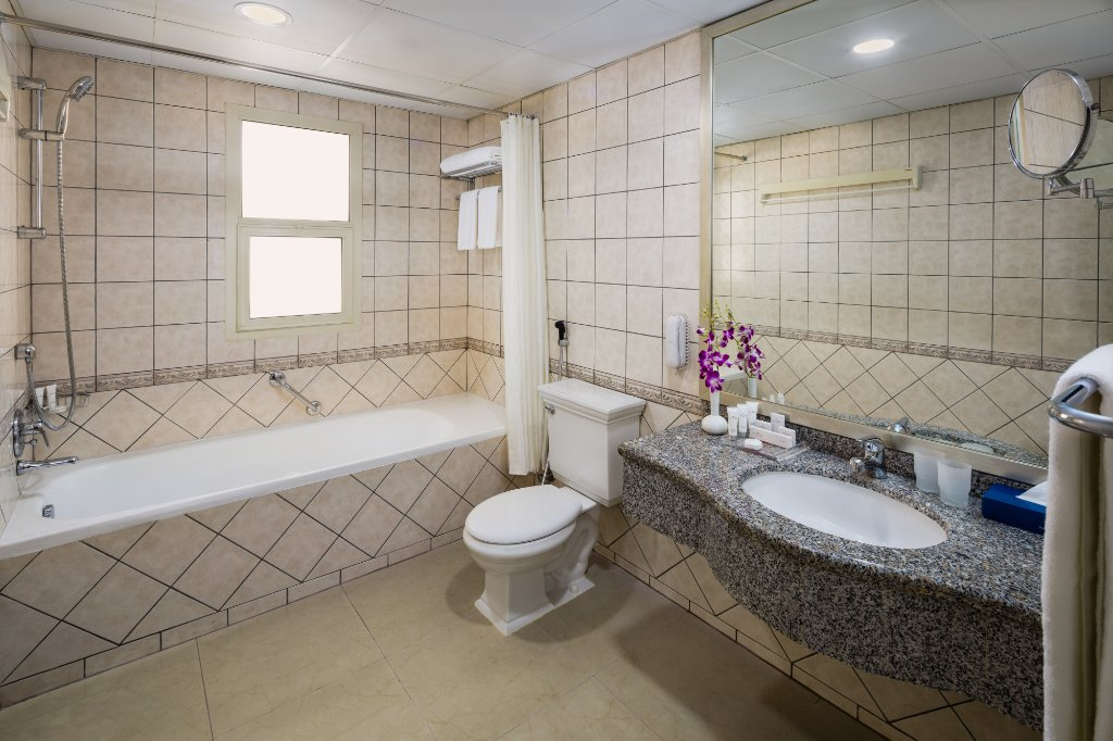 https://www.hotelsbyday.com/_data/default-hotel_image/1/9811/one-bedroom-bathroom.jpg