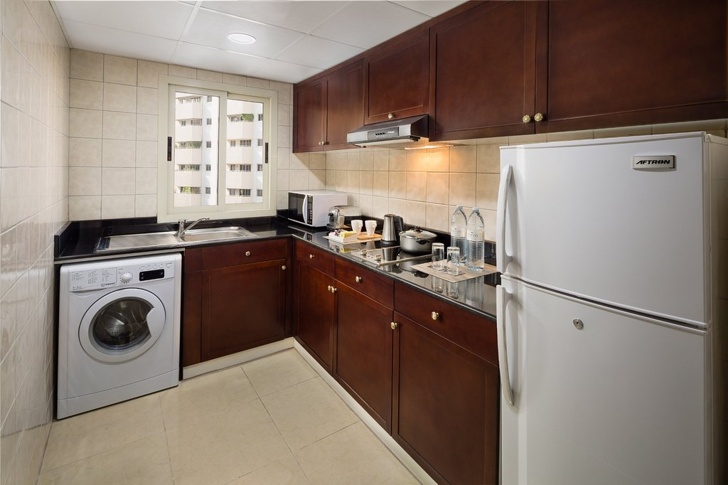 https://www.hotelsbyday.com/_data/default-hotel_image/1/9813/one-bedroom-kitchen.jpg