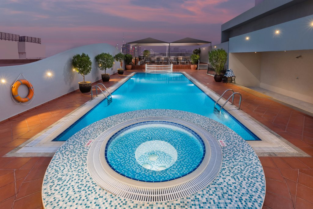https://www.hotelsbyday.com/_data/default-hotel_image/1/9818/swimming-pool.jpg