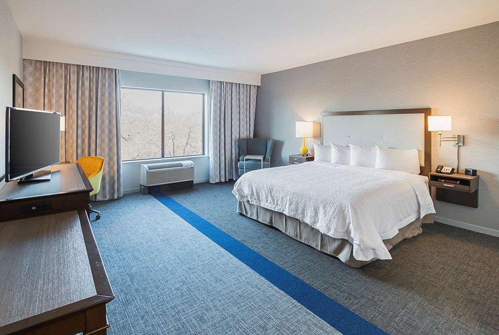 https://www.hotelsbyday.com/_data/default-hotel_image/1/9846/guest-room.jpg