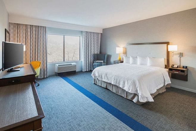 https://www.hotelsbyday.com/_data/default-hotel_image/1/9846/guest-room_659x440_auto.jpg