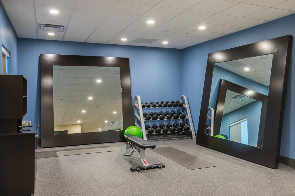 https://www.hotelsbyday.com/_data/default-hotel_image/1/9855/fitness-center-free-weights.jpg