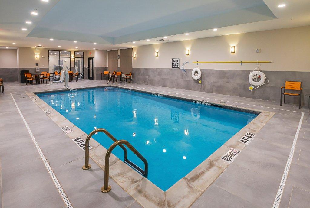https://www.hotelsbyday.com/_data/default-hotel_image/1/9856/indoor-pool-area.jpg
