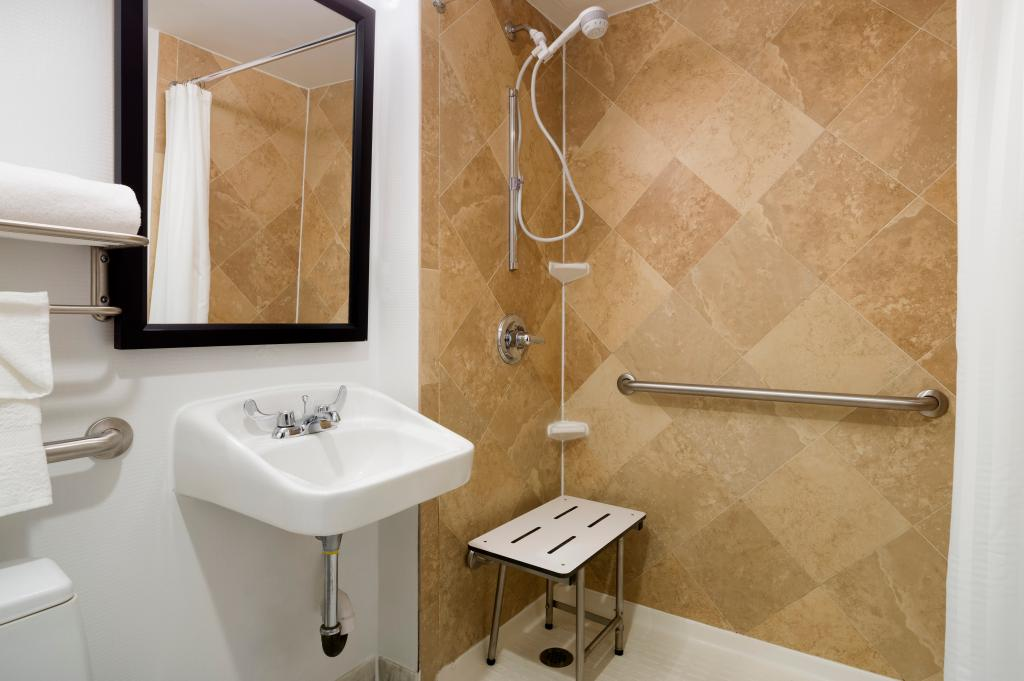 https://www.hotelsbyday.com/_data/default-hotel_image/1/9946/roll-in-shower.jpg