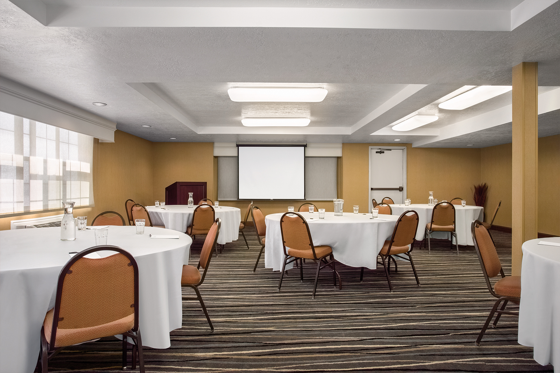 https://www.hotelsbyday.com/_data/default-hotel_image/2/10020/conference-room.jpg