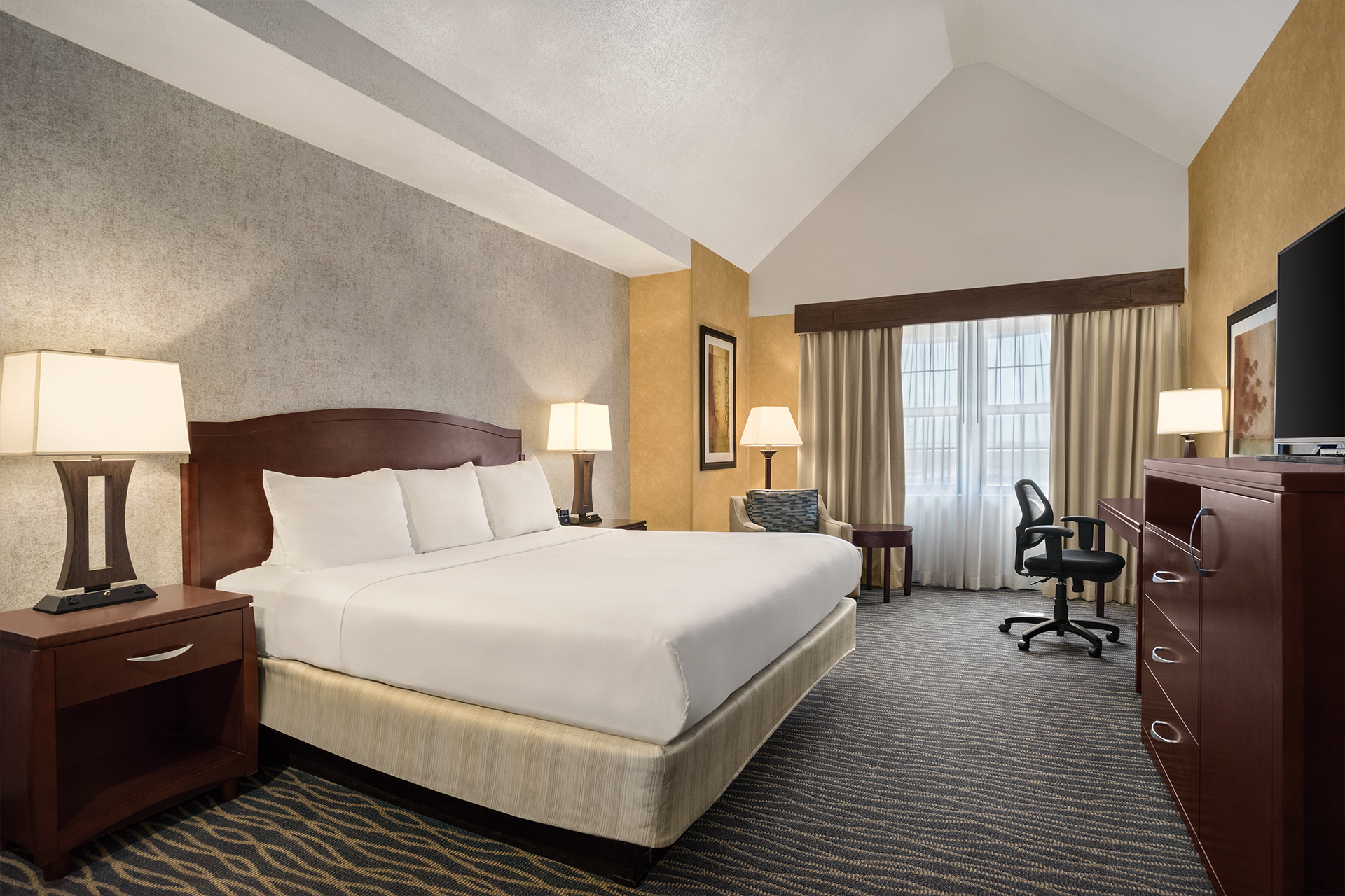 https://www.hotelsbyday.com/_data/default-hotel_image/2/10031/king-bed-room.jpg