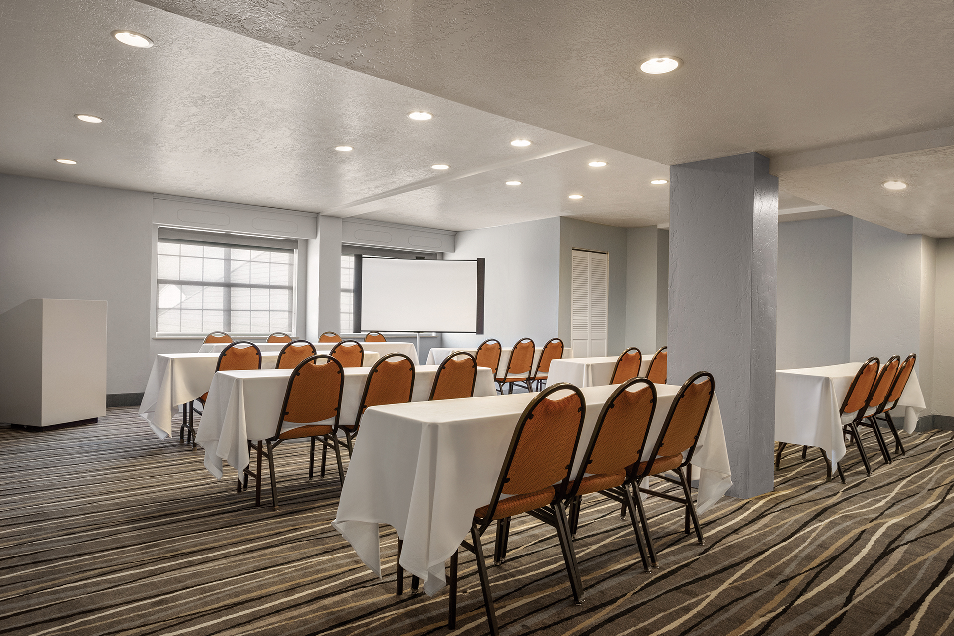 https://www.hotelsbyday.com/_data/default-hotel_image/2/10040/meeting-room.jpg