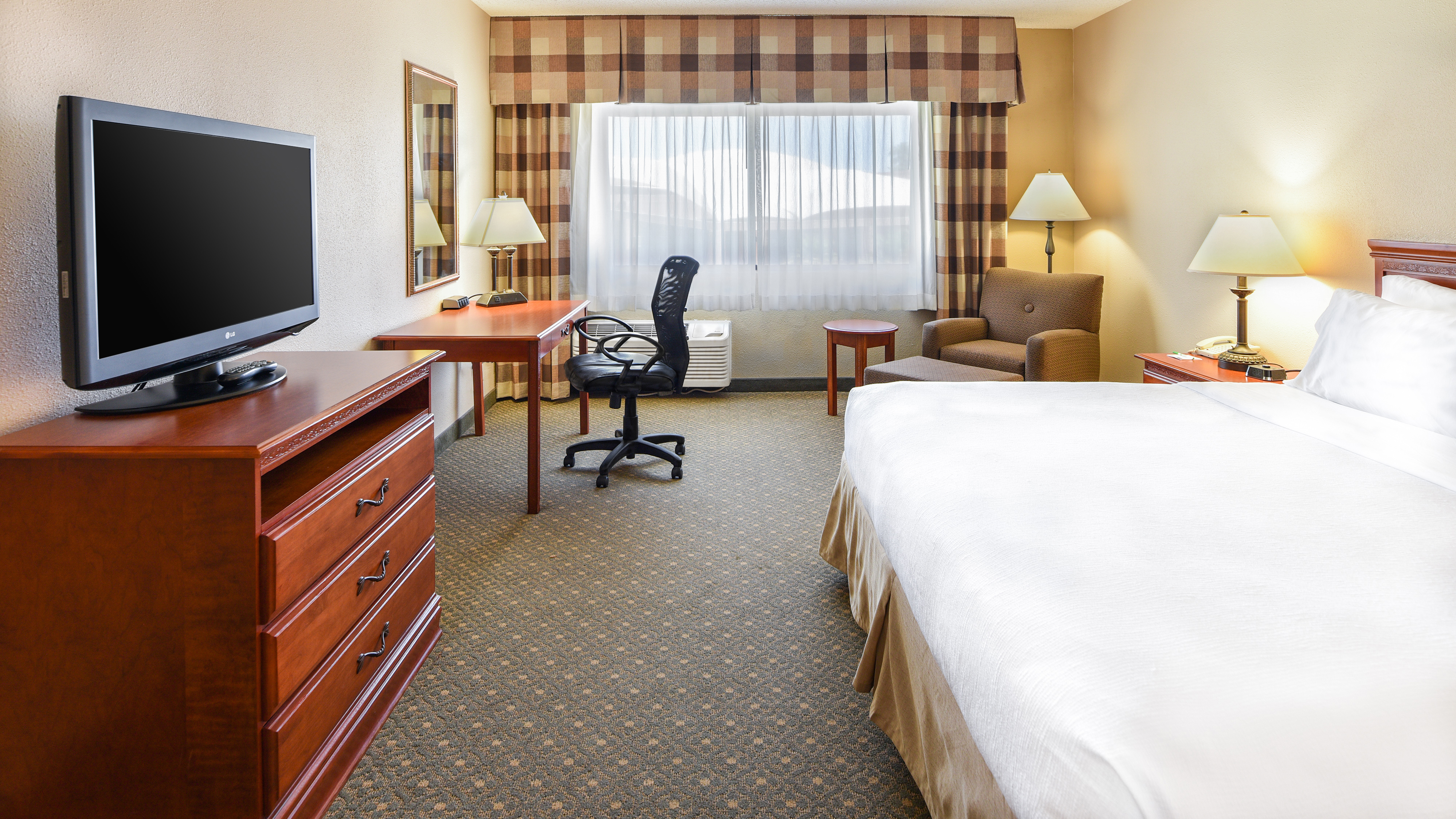 https://www.hotelsbyday.com/_data/default-hotel_image/2/10050/holiday-inn-casa-grande-46.jpg