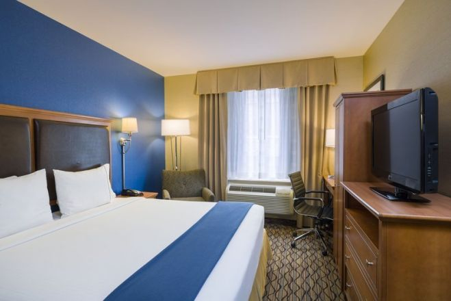 https://www.hotelsbyday.com/_data/default-hotel_image/2/10052/guest-room_659x440_auto.jpg