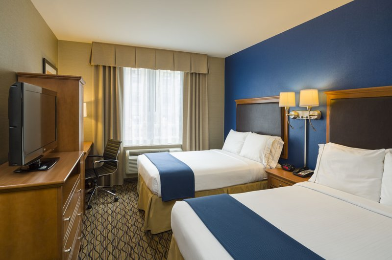 https://www.hotelsbyday.com/_data/default-hotel_image/2/10055/guest-room-2.jpg