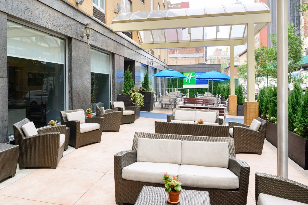 https://www.hotelsbyday.com/_data/default-hotel_image/2/10061/outdoor-patio.jpg