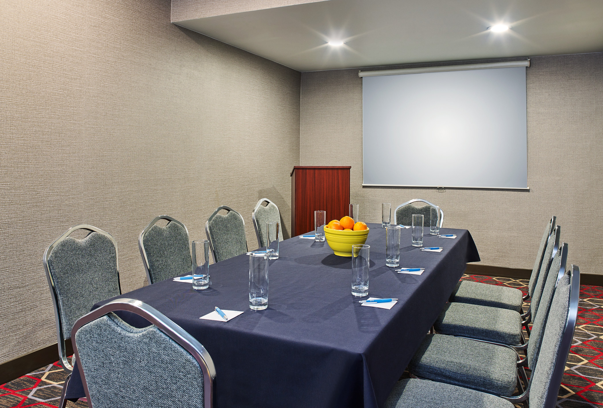 https://www.hotelsbyday.com/_data/default-hotel_image/2/10073/fpt4629mf-261188-wasatch-meeting-room-med.jpg
