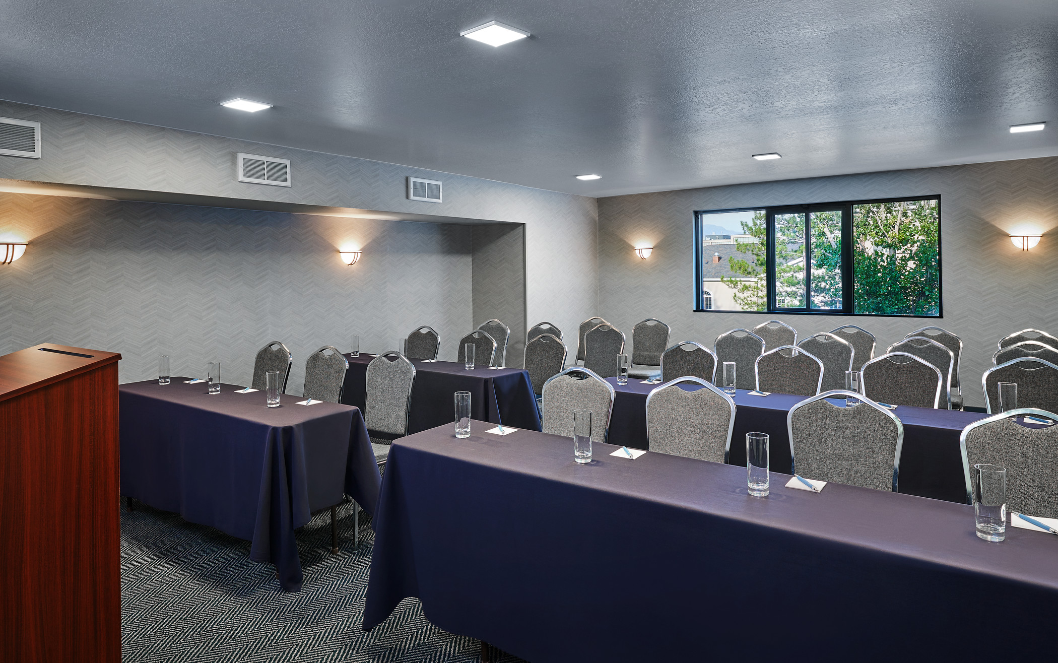 https://www.hotelsbyday.com/_data/default-hotel_image/2/10074/fpt4629mf-261170-cottonwood-meeting-room-med.jpg