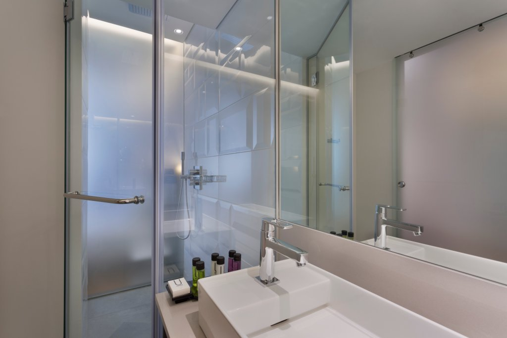 https://www.hotelsbyday.com/_data/default-hotel_image/2/10155/bathroom.jpg