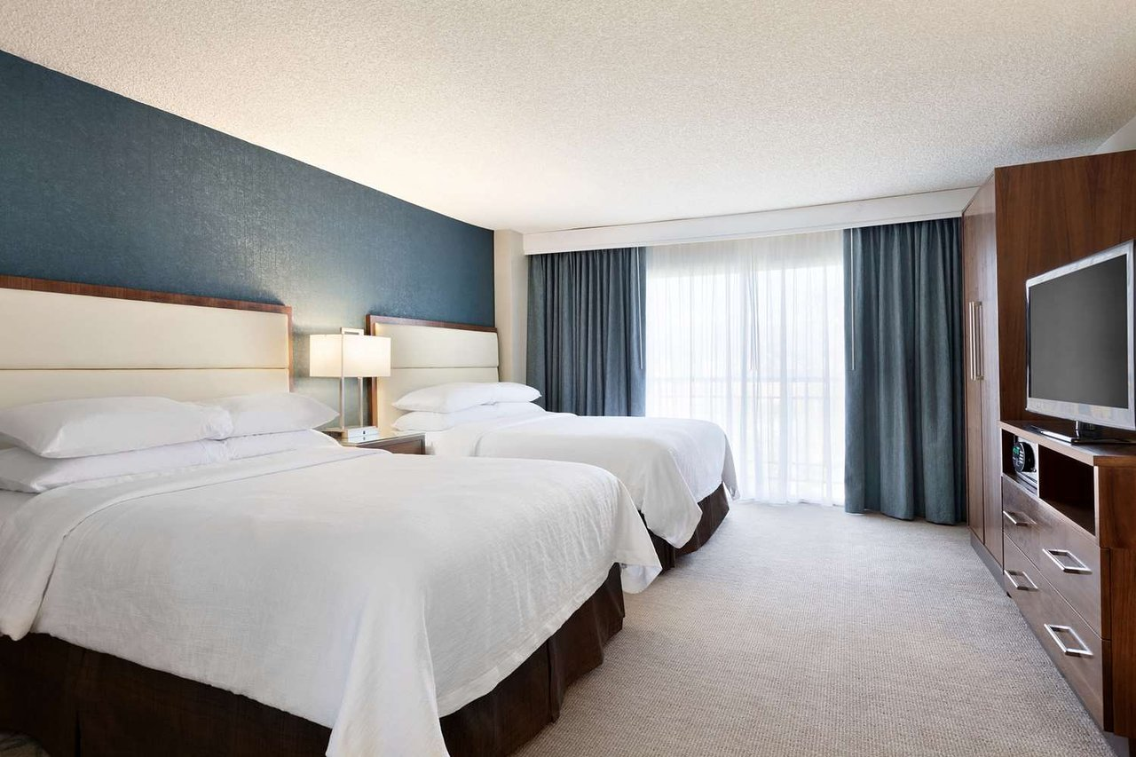 https://www.hotelsbyday.com/_data/default-hotel_image/2/10337/guest-room.jpg