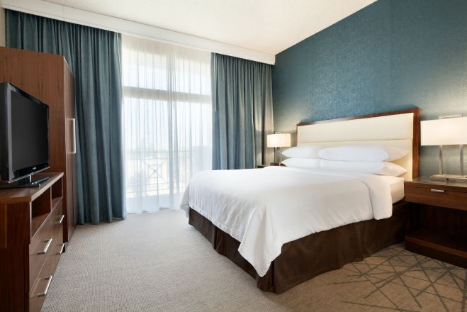https://www.hotelsbyday.com/_data/default-hotel_image/2/10353/king-bed_659x440_auto.jpg