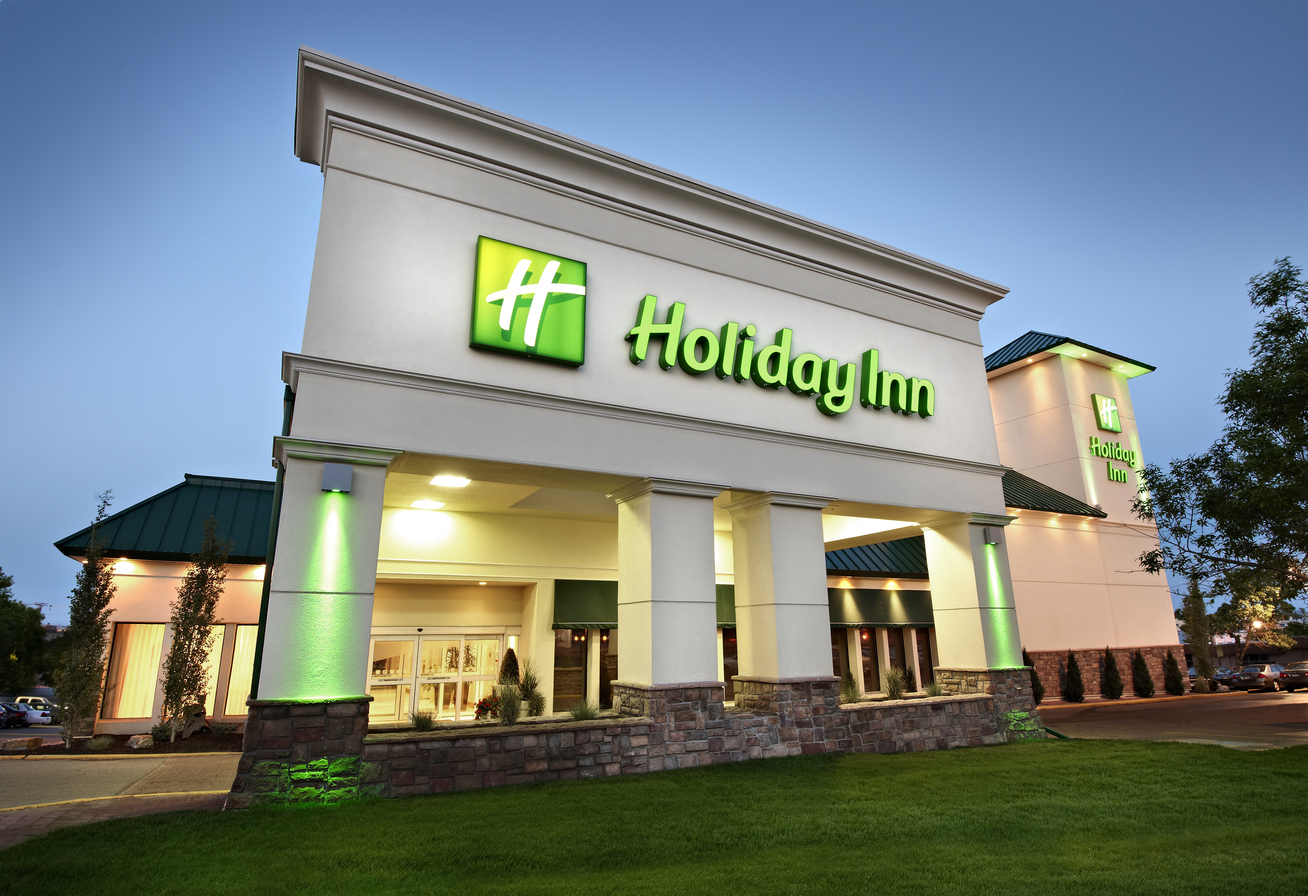 https://www.hotelsbyday.com/_data/default-hotel_image/2/10357/holiday-inn-calgary-9821-exterior1.jpg
