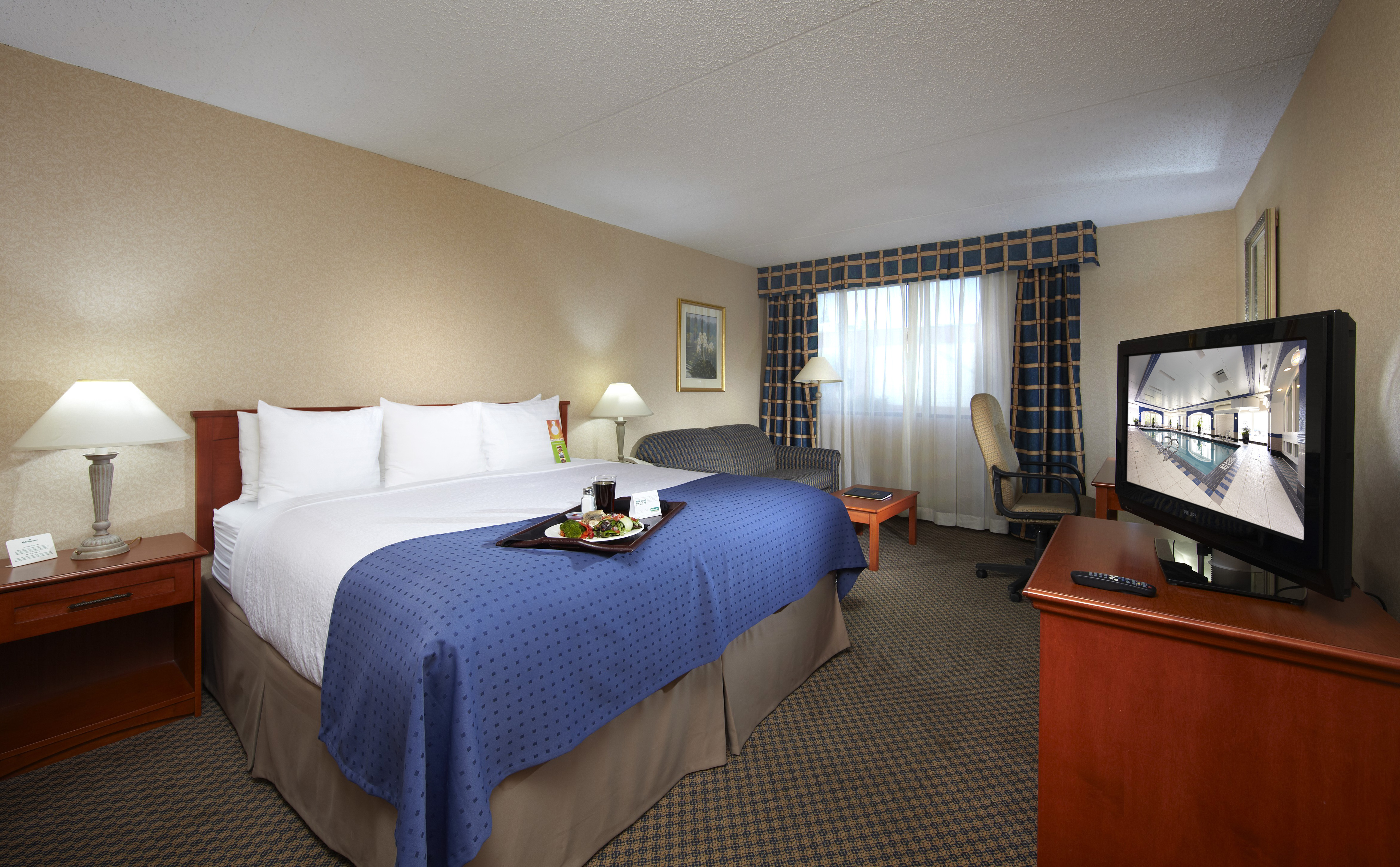 https://www.hotelsbyday.com/_data/default-hotel_image/2/10364/holiday-inn-calgary-room.jpg