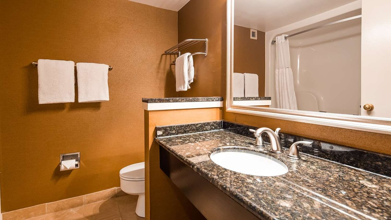 https://www.hotelsbyday.com/_data/default-hotel_image/2/10372/bathroom.jpg