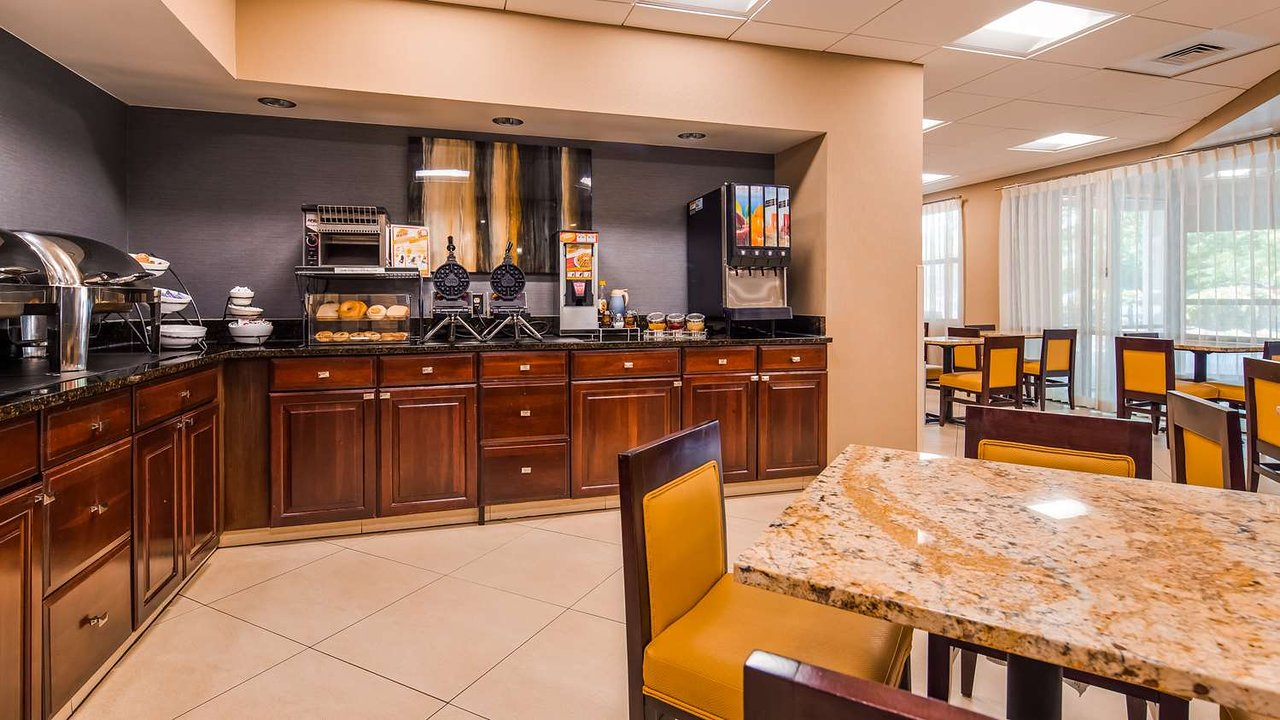 https://www.hotelsbyday.com/_data/default-hotel_image/2/10379/breakfast-area.jpg
