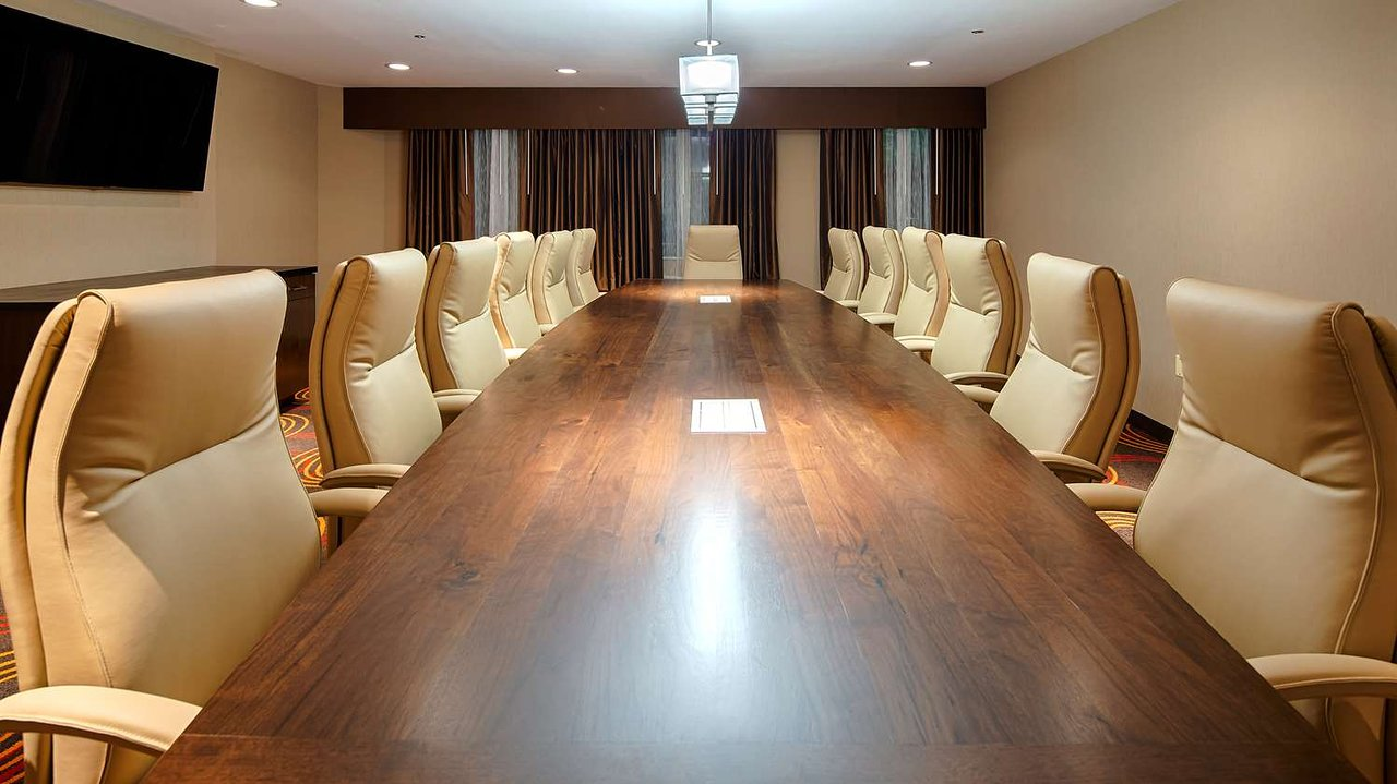 https://www.hotelsbyday.com/_data/default-hotel_image/2/10384/boardroom.jpg